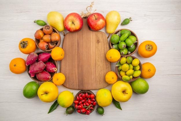 Draufsicht frische früchte zusammensetzung verschiedene früchte auf weißem hintergrund