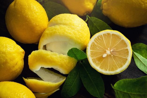 Draufsicht frische gelbe organische zitronen-früchte auf weinlese-hölzernem tabellen-hintergrund