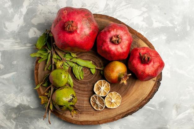 Draufsicht frische granatäpfel saftige reife früchte auf weißer oberfläche