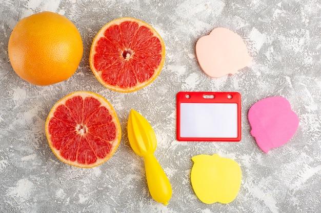 Draufsicht frische grapefruitringe mit aufklebern auf weißer oberfläche