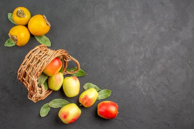 Draufsicht frische grüne äpfel mit kaki auf dunklem tischbaum reif frisch