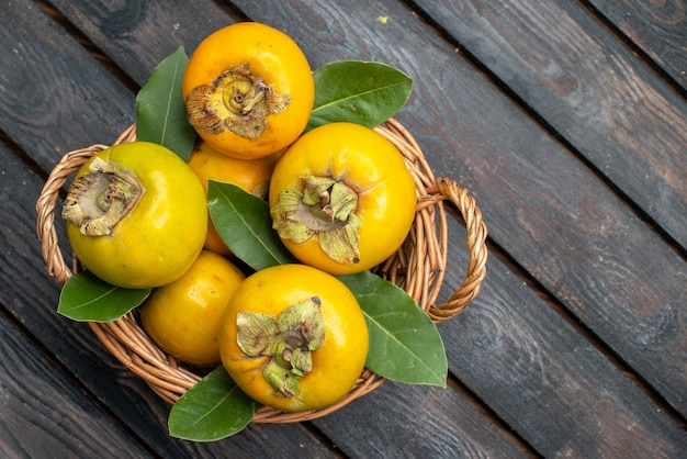 Draufsicht frische kakis reife süße früchte auf rustikalem holztisch, frucht ausgereift