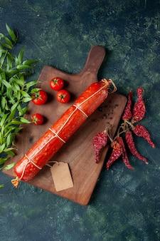 Draufsicht frische leckere wurst mit tomaten auf blauem hintergrund tier sandwich mahlzeit brot brötchen burger lebensmittel farbe fleisch