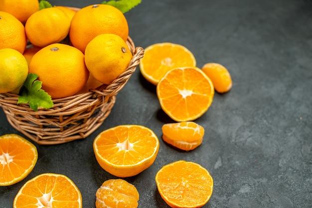 Draufsicht frische mandarinen im weidenkorb auf dunklem hintergrund