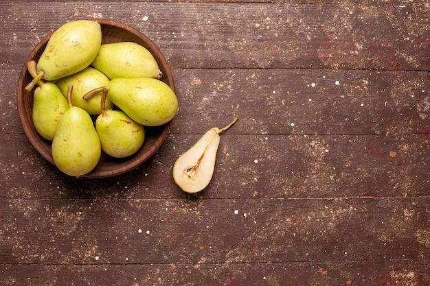 Draufsicht frische milde birnen grün und saftig auf dem braunen raum