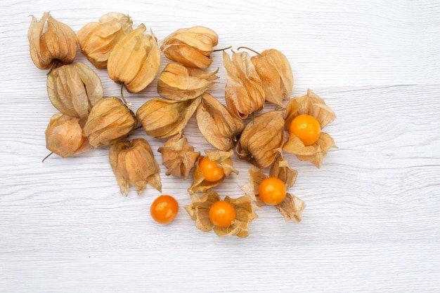 Draufsicht frische orange physalisiert auf der weißen hintergrundfruchtorangenlebensmittelfotozusammensetzung