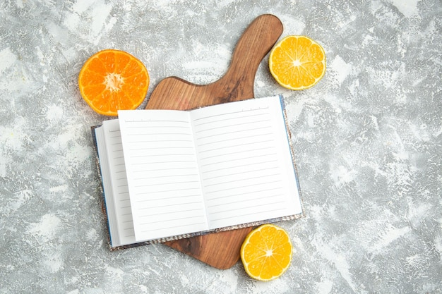 Draufsicht frische orangen mit notizblock auf weißer oberfläche obst zitrusfrüchte exotisch