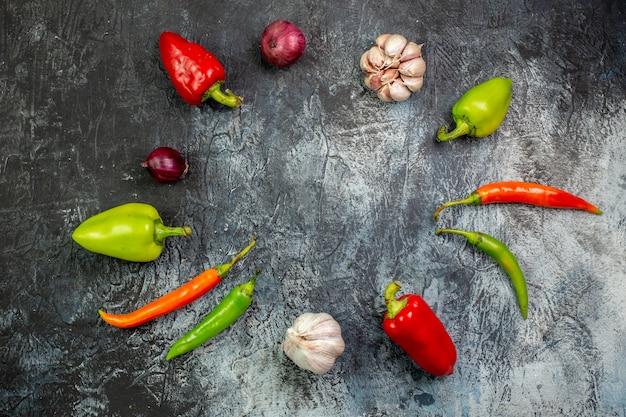 Draufsicht frische paprika mit knoblauch auf hellgrauem tisch