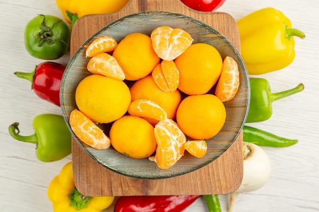 Draufsicht frische paprika mit mandarinen auf weißem hintergrund salatdiät reifes farbfoto gesundes leben