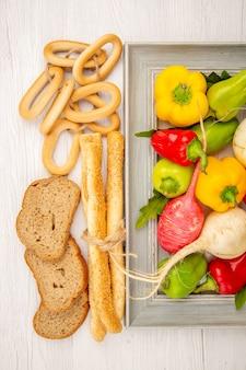 Draufsicht frische paprika mit rettich und brot auf weißem tisch