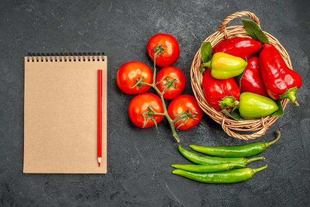 Draufsicht frische paprika mit roten tomaten