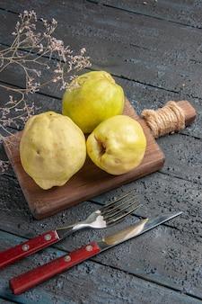 Draufsicht frische quitten sauer und ausgereifte früchte auf dunklem schreibtisch pflanzen frische saure früchte reif