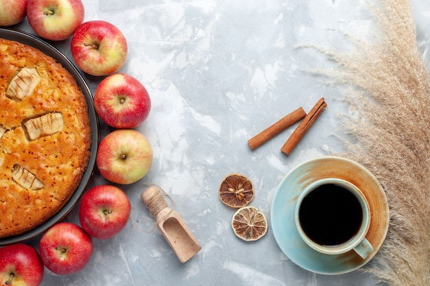 Draufsicht frische rote äpfel bilden kreis mit apfelkuchen und tee auf dem weißen hintergrundfrucht frisches reifes vitamin