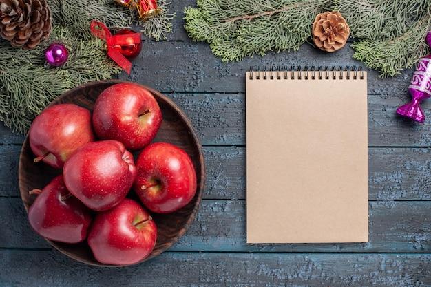 Draufsicht frische rote äpfel milde reife früchte auf dem dunkelblauen schreibtisch pflanzen viele obstbaumrote frische farbe
