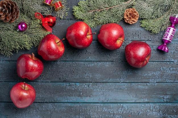 Draufsicht frische rote äpfel milde reife früchte auf dunkelblauem schreibtisch pflanze viele fruchtfarbe vitamine frisch