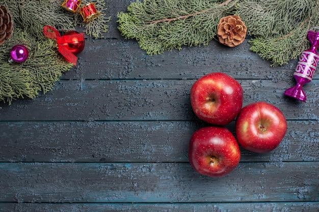 Draufsicht frische rote äpfel milde reife früchte auf einer dunkelblauen schreibtischpflanze viele fruchtfarben vitaminrot frisch