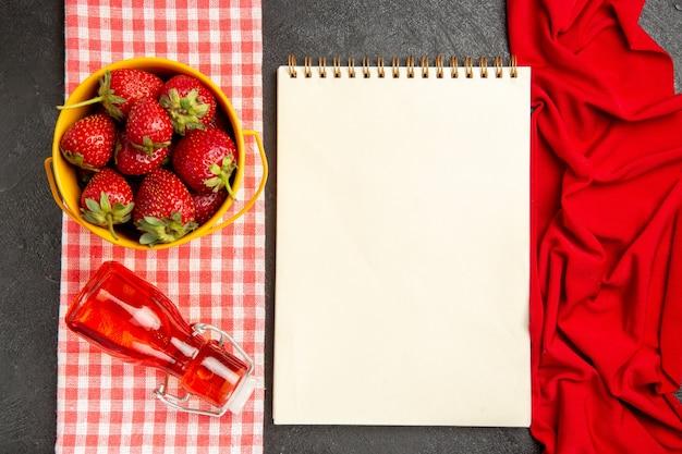 Draufsicht frische rote erdbeeren auf dunkler bodenfarbe frucht himbeerbeere