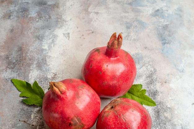 Draufsicht frische rote granatäpfel auf hellem hintergrund