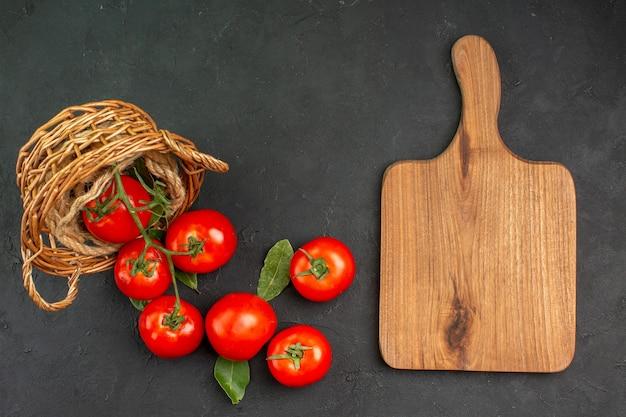 Draufsicht frische rote tomaten im korb