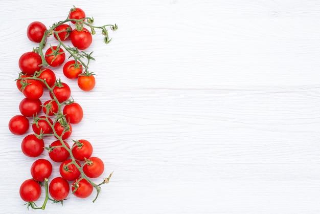 Draufsicht frische rote tomaten lokalisiert auf dem weißen hintergrundgemüselebensmittelmahlzeitfoto
