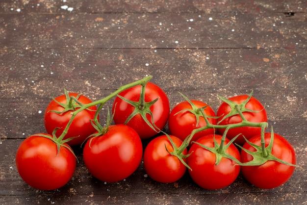 Draufsicht frische rote tomaten reif und ganz auf holzbraun