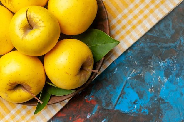 Draufsicht frische süße äpfel im teller auf blauem hintergrund