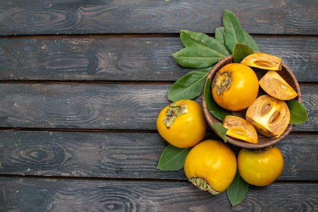 Draufsicht frische süße kakis auf holzbodenfrucht reif weich