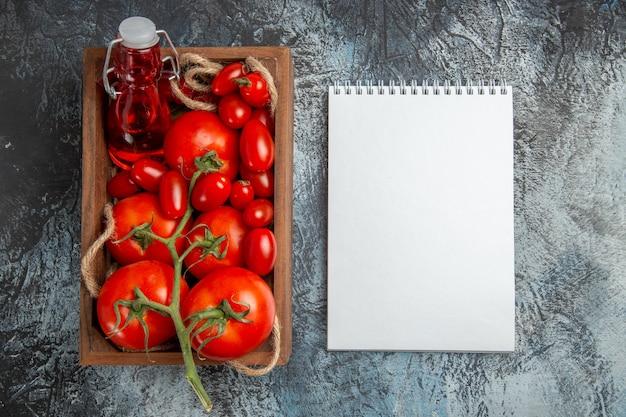 Draufsicht frische tomaten mit kirschen innerhalb der schachtel