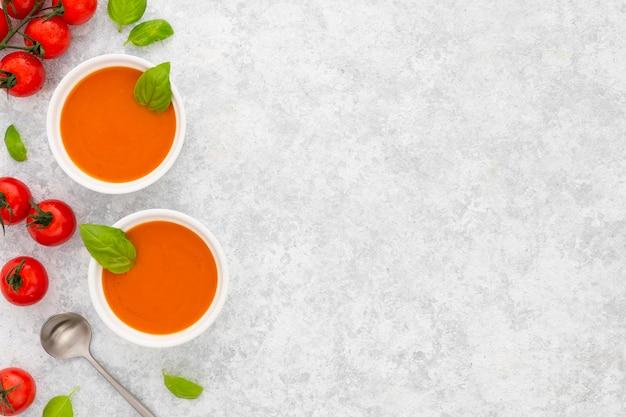 Draufsicht frische tomatensuppe mit kopienraum