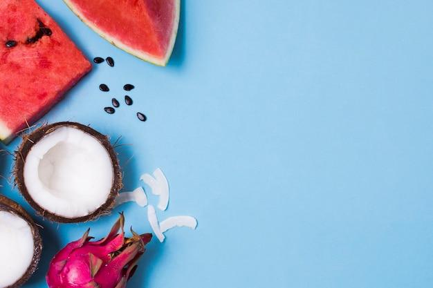 Draufsicht frische wassermelone und kokosnuss mit kopienraum