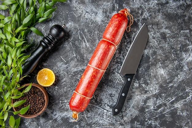 Draufsicht frische wurst mit pfeffer auf dunklem hintergrund farbe lebensmittel burger sandwich fleisch brot mahlzeit