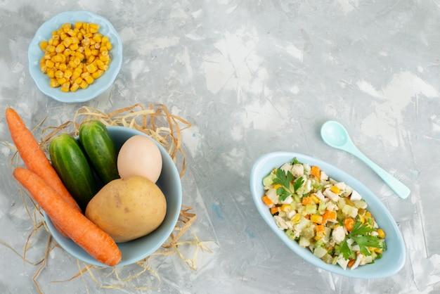 Draufsicht frischer gemüsesalat mit geschnittenem huhn und frischem gemüse auf dem hellen hintergrundnahrungsmittelmahlzeitfleischgemüsesalat