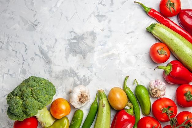 Draufsicht frischer grüner brokkoli mit gemüse auf reifer gesundheitsdiät des weißen tafelsalats