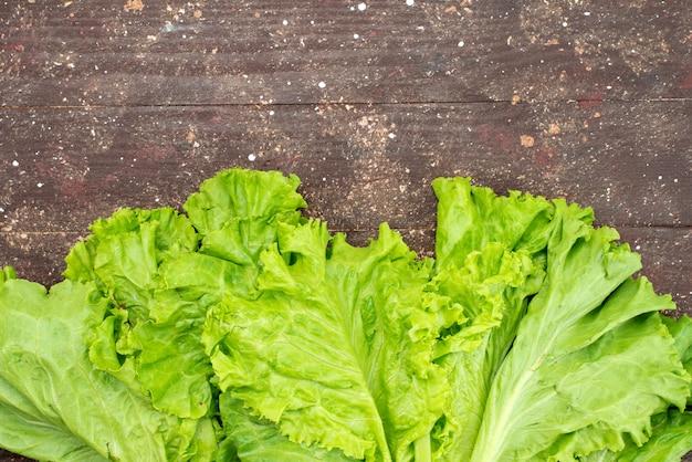 Draufsicht frischer grüner salat auf braun