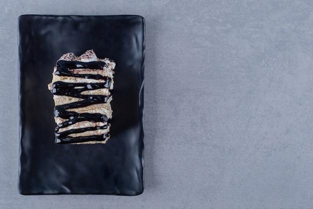 Draufsicht. frischer handgemachter kuchen mit schokoladensauce