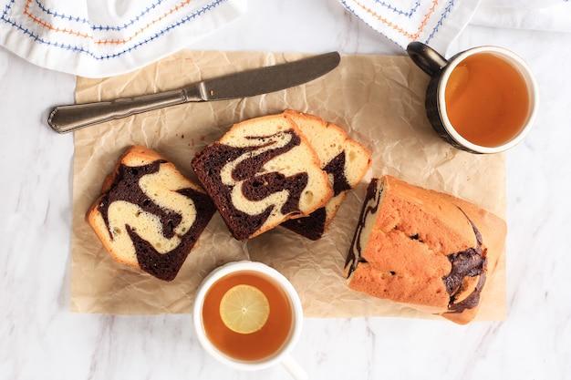Draufsicht frischer marmer-kuchen, hausgemachter, in scheiben geschnittener marmorkuchen aus zwei verschiedenen farben von teig, schokolade und vanille-biskuit-kuchen