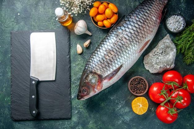 Draufsicht frischer roher fisch mit roten tomaten auf dunklem hintergrund
