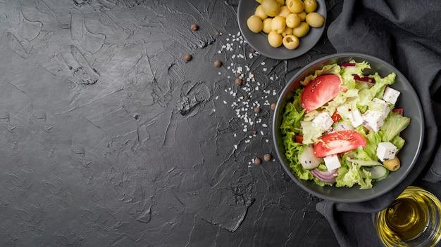 Draufsicht frischer salat bereit serviert zu werden