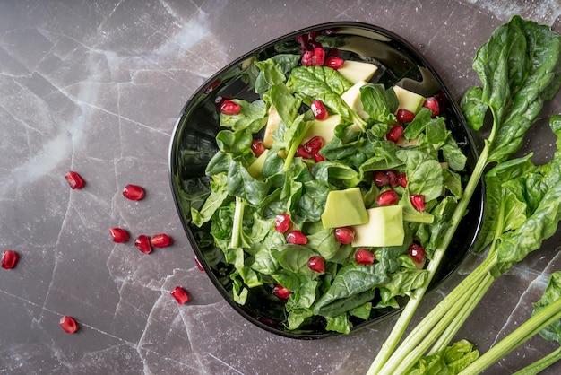 Draufsicht frischer salat mit granatapfelkernen