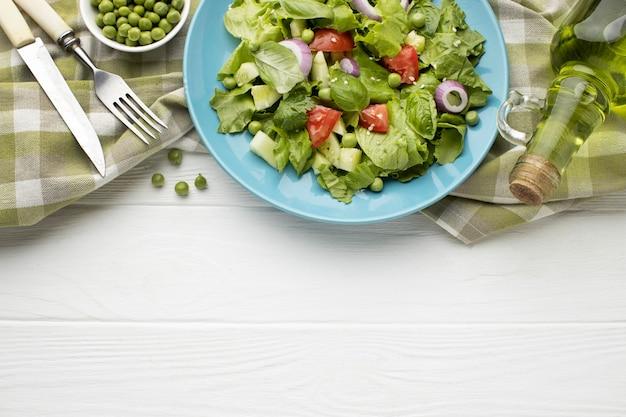 Draufsicht frischer salatrahmen mit kopierraum