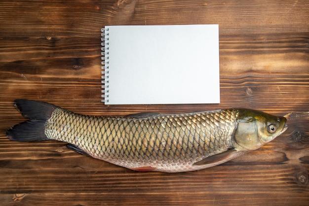 Draufsicht frisches fischrohprodukt auf hölzernem tischfischmeeresfleischozeanfutter