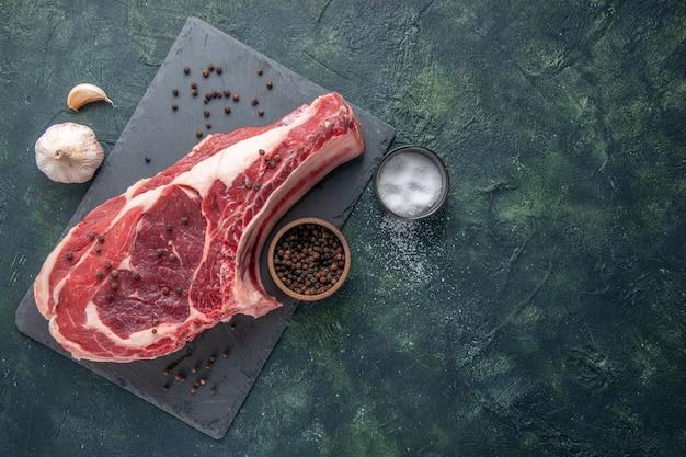 Draufsicht frisches fleisch scheibe rohes fleisch mit pfeffer auf dunklem hintergrund hühnermehl foto farbe lebensmittel tiermetzger