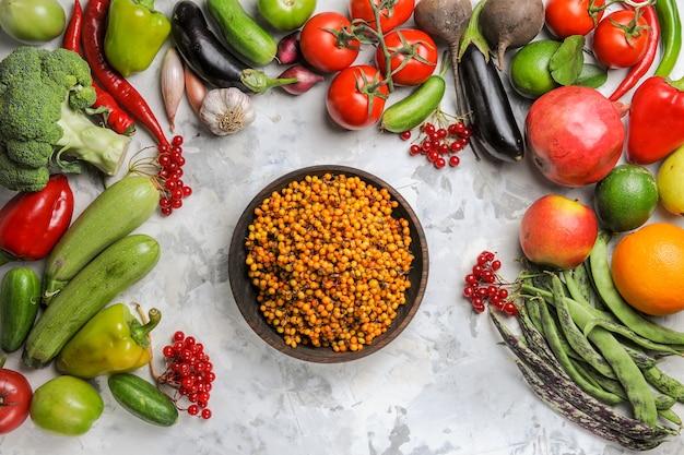 Draufsicht frisches gemüse mit früchten auf weißem hintergrund