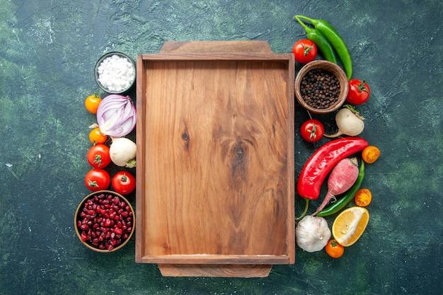 Draufsicht frisches gemüse mit gewürzen auf dunklem hintergrundgesundheitsmahlzeitlebensmittelfarbfoto-diät