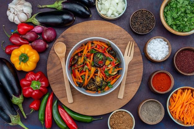 Draufsicht frisches gemüse mit gewürzen salat und gemüse auf dunklem schreibtisch salat mahlzeit gemüsesnack