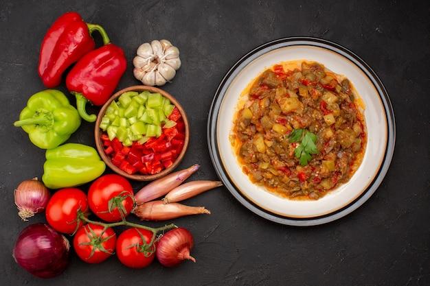 Draufsicht frisches gemüse mit gewürzen und gekochtem gemüsemehl auf grauem oberflächensalat-gesundheitsmahlzeitgemüse
