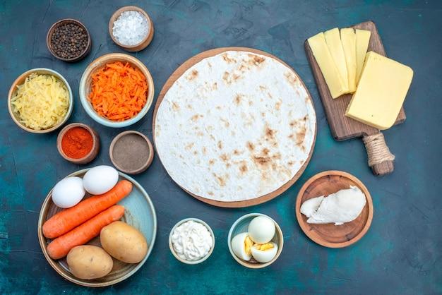 Draufsicht frisches gemüse mit käse und gewürzen auf dunkelblauem hintergrund.
