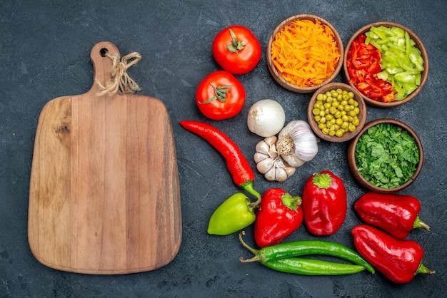 Draufsicht frisches gemüse mit knoblauch auf der dunklen tafelsalatmahlzeit reife farbe