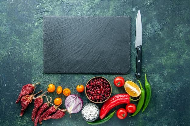 Draufsicht frisches gemüse mit knoblauch auf dunklem hintergrundgesundheitsmahlzeitdiätlebensmittelfarbfoto-salat