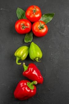 Draufsicht frisches gemüse tomaten und paprika auf dunklem tisch, salat reife mahlzeit farbe